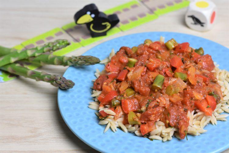 Makaron ze szparagami w sosie pomidorowym (raczkujac.pl)