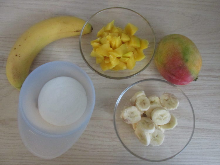 Jogurt z bananem i mango (raczkujac.pl)