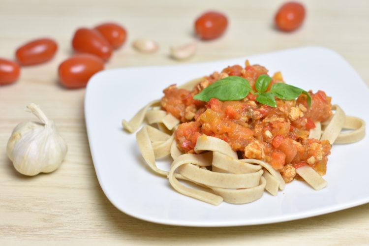 Tagiatelle z indykiem w sosie pomidorowym (raczkujac.pl)
