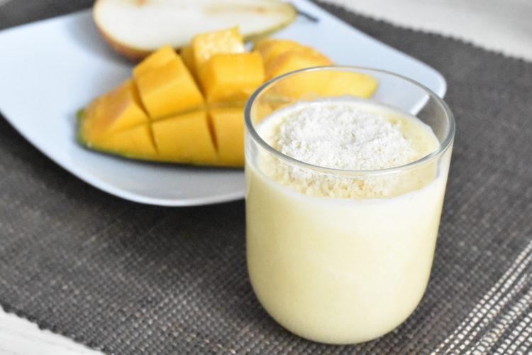 Mus owocowy z jogurtem i migdałową posypką (raczkujac.pl)
