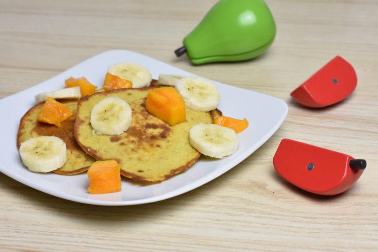 Placki owocowe z bananem i mango (raczkujac.pl)