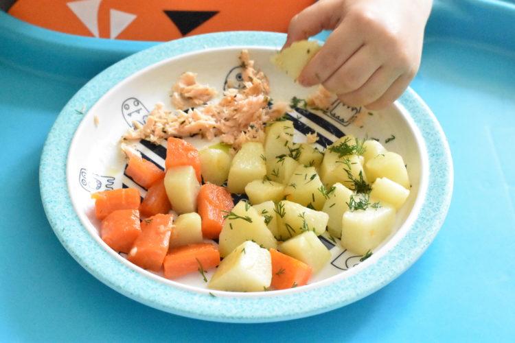 Rozszerzanie diety - jedzenie ręką (raczkujac.pl)