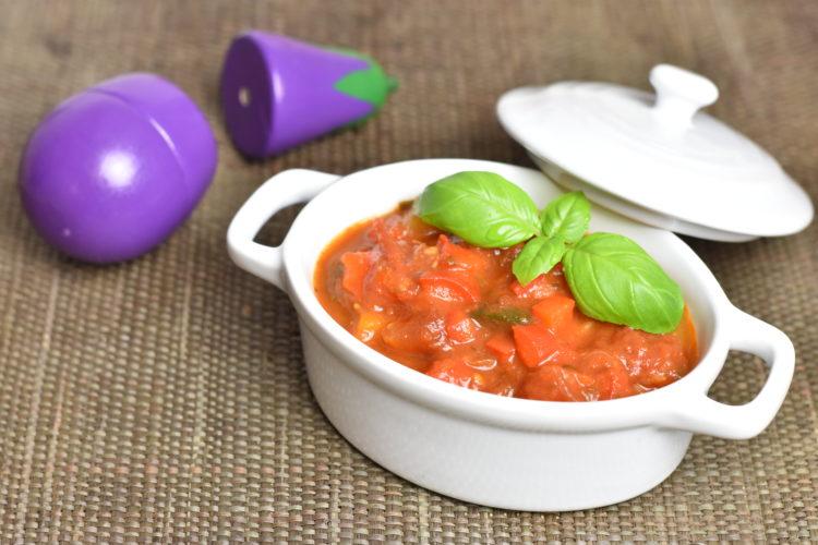Sos pomidorowy z mnóstwem warzyw (raczkujac.pl)