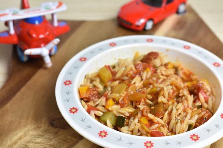 Makaron z warzywami w sosie pomidorowym z żółtkiem (raczkujac.pl)