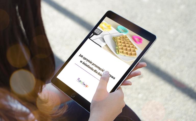 Kobieta czytająca ebooka na tablecie
